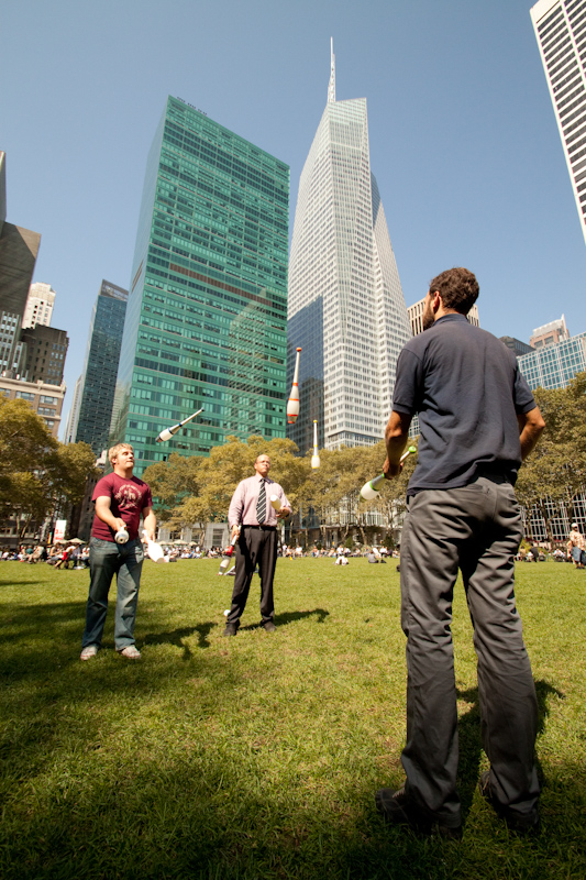 On Wednesday I cycled over to Bryant Park for the daily lunch break juggling meeting. Thousands of people work within a few blocks, and during the summer they can have up to 30 jugglers show up per day.
