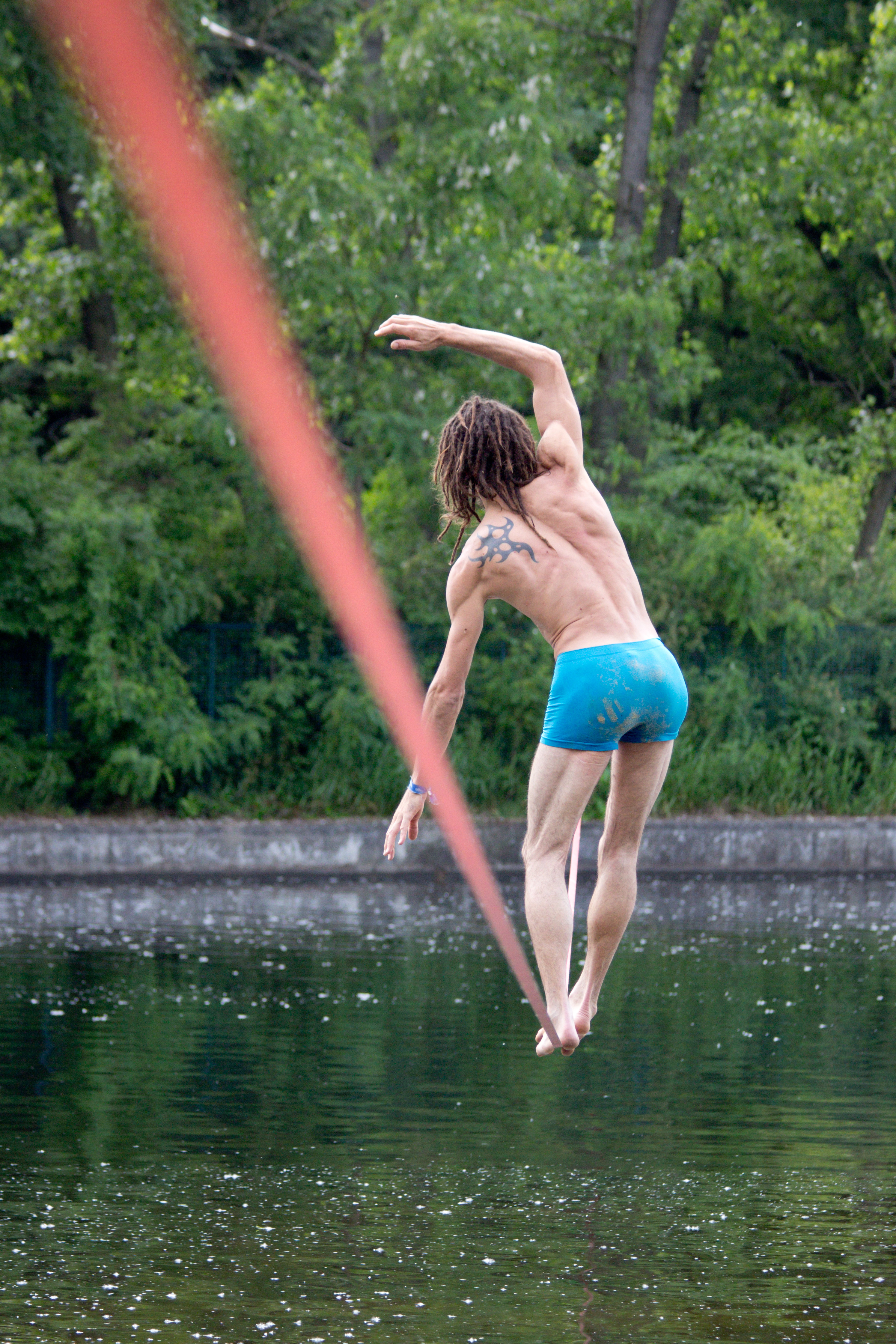 Berlin Juggling Convention 2013: Slack line over the lake.