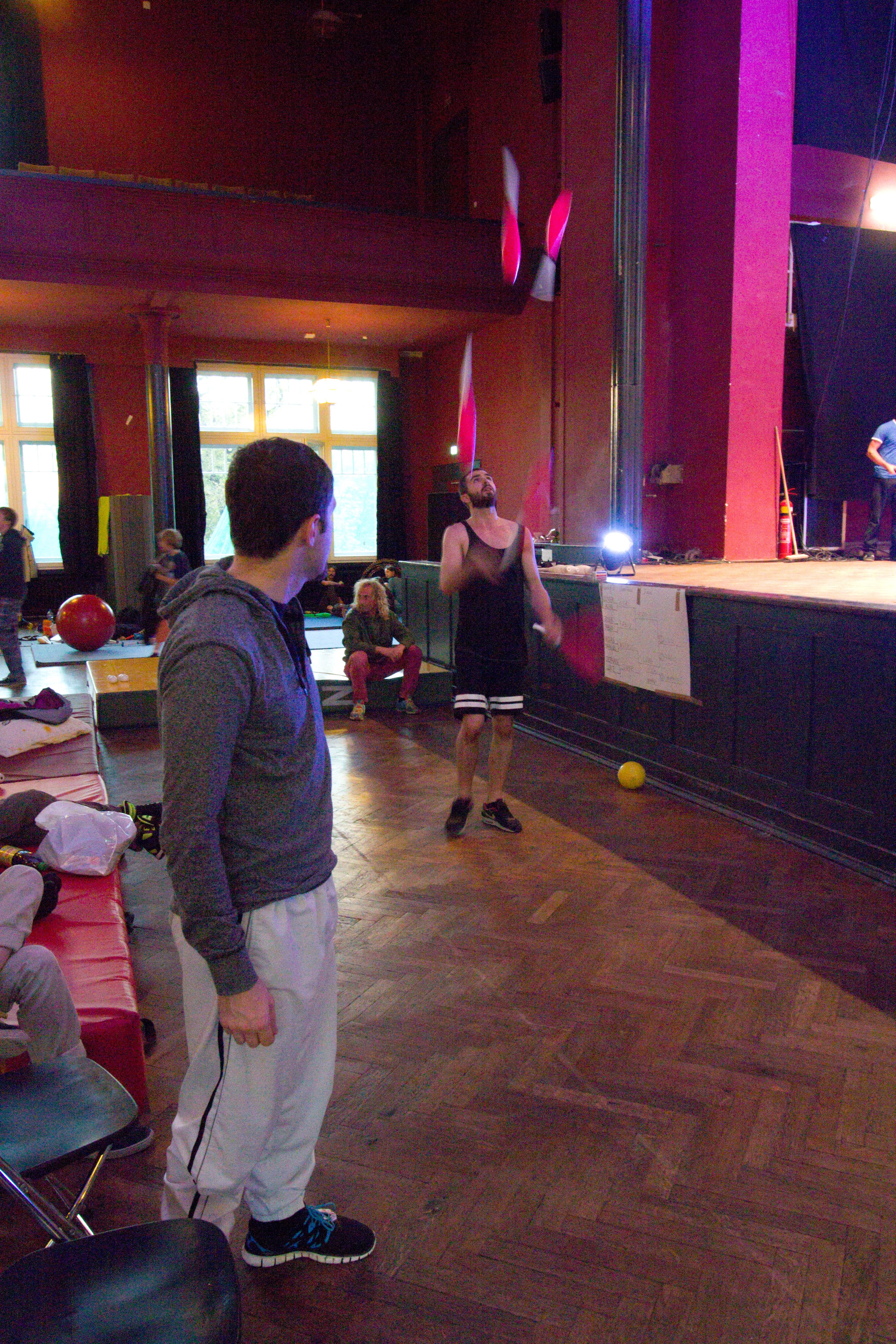 Halle Juggling Convention 2014: Wes Peden hall show.