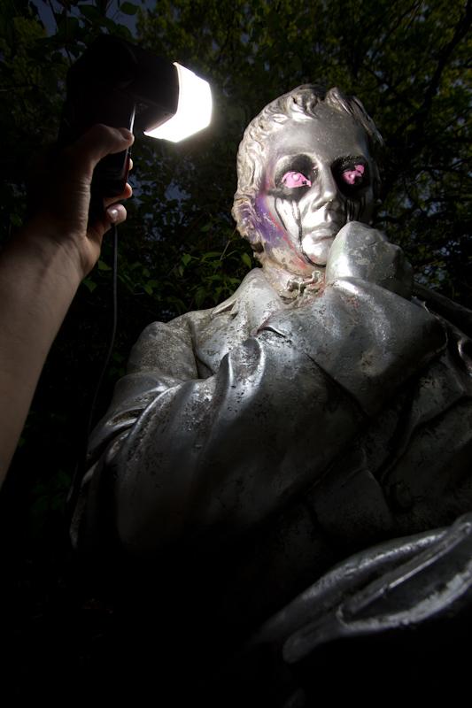 Statue: Off-camera flash fun!